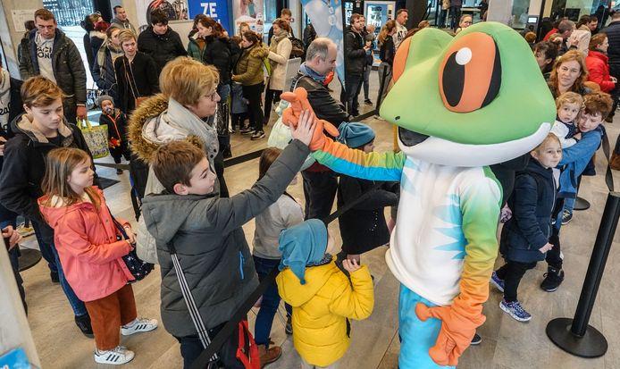 Mascotte Kick kwam vandaag knuffelen met de kinderen in de wachtrij.