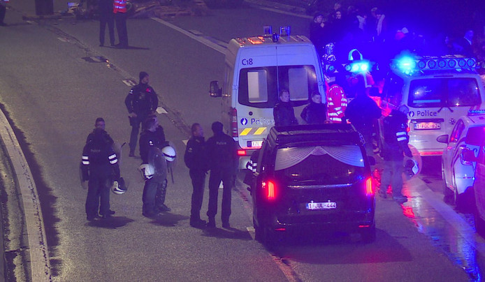 Politie, hulpverleners en een rouwwagen op de plek waar een 50-jarige man werd overreden.