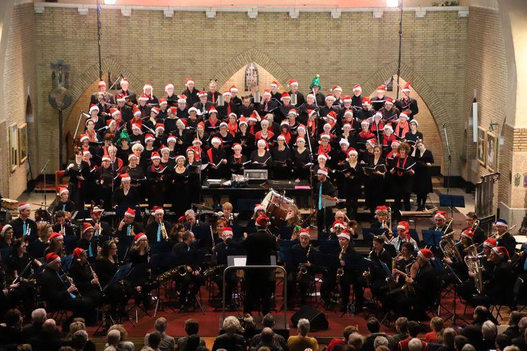 145 koor- en orkestleden stonden er op het podium.