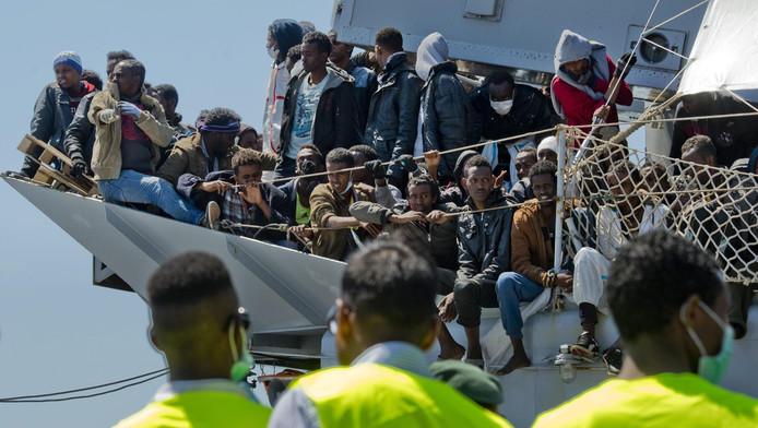 Vluchtelingen komen aan in Salerno, Italië.