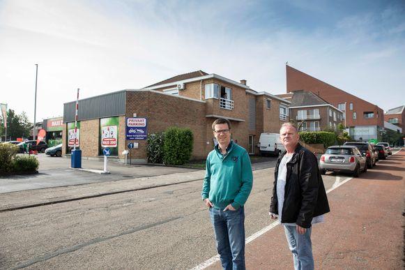 Joris Delwiche en Johan Lathouwers in de Kattestraat kaarten de parkeerproblemen aan