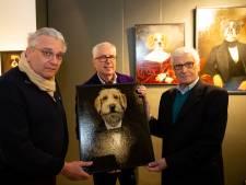 Le prince Laurent reçoit un tableau et en profite pour admirer une œuvre de Delphine Boël