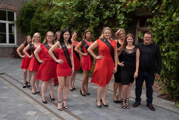Acht van de negen kandidates voor de titel van Miss Elegance werden voorgesteld in het Burgemeestershof in Massemen (Wetteren). Samen met de organisatie op de foto.