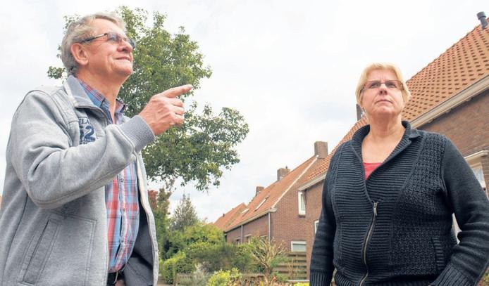 Henk en Dini Verweg uit Dalfsen spitsen hun oren in de Baarsmastraat. Waar komt toch de hoge toon vandaan die ze iedere ochtend en avond horen?