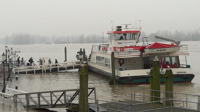 Passagiers lopen de pont van Riveer op bij de Waterpoort van Woudrichem na het nemen van de tachtig centimeter hoge hindernis: de gesloten coupure.