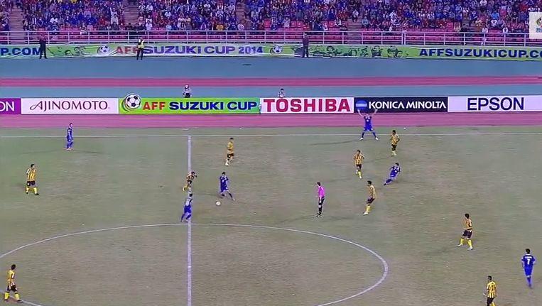 De Thaise nationale ploeg bouwt op een indrukwekkende wijze een aanval op volgens het fameuze tiki taka van Barcelona.