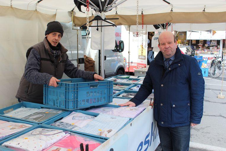 Marktkramer Kurt Maenhout en schepen Dirk De Smul.