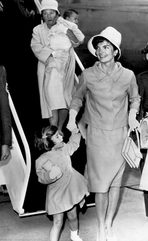 Wollen mantelpak gedragen door Jackie Kennedy (1961) Beeld getty