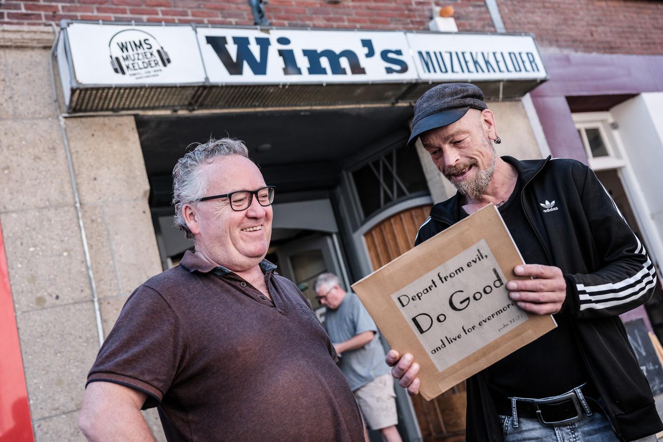 Wim Vriezen (links) helpt trouwe klant Paul Lötters (54) uit Doetinchem, die minimaal eens per week platen koopt in Wim's Muziekkelder.