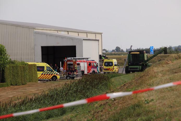 Hulpdiensten assisteren na het ongeluk bij een bedrijf net buiten Biervliet.