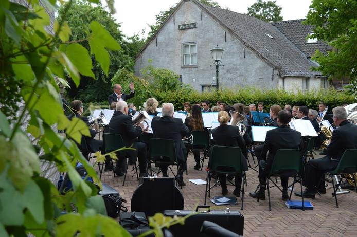 Het buitenconcert van de fanfare in Lith