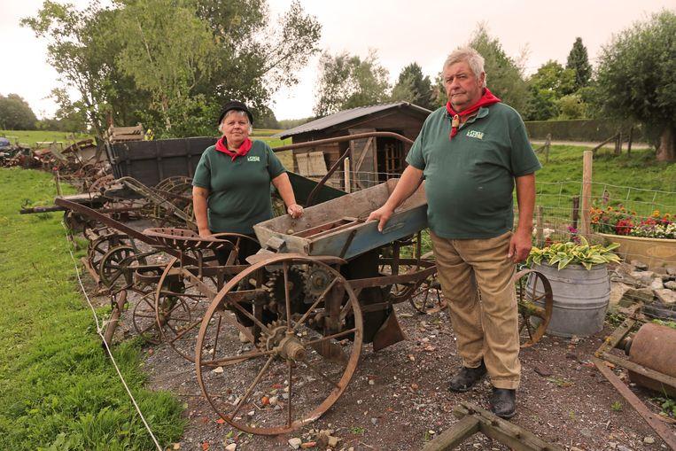 Ben en Leona tussen de tientallen oude werktuigen. Ben kan nog altijd met ieder werktuig aan de slag.