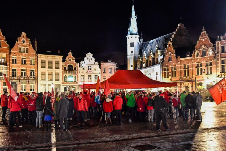 Een honderdtal militanten vatte post op de Grote Markt voor een protestactie.