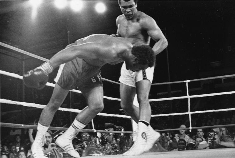 Ali deelt een stoot uit aan George Foreman. Beeld ap