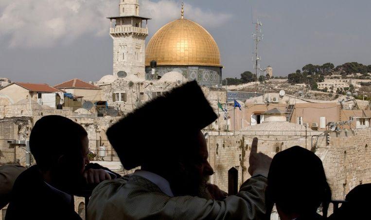 Een ultra-orthodoxe jood wijst zijn kinderen de Rotskoepelmoskee aan. Beeld epa
