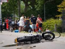Motorrijder gaat onderuit en schept fietsende vader en zoon