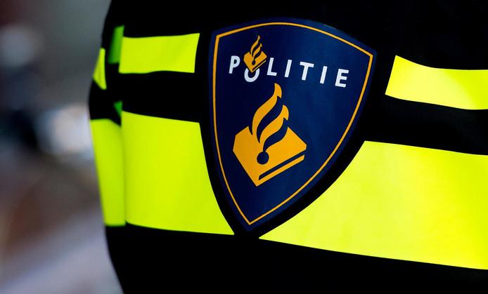 2015-01-22 12:54:29 GRONINGEN - Politielogo op het operationeel uniform van een agent. Politie, politieagent. ANP XTRA KOEN VAN WEEL