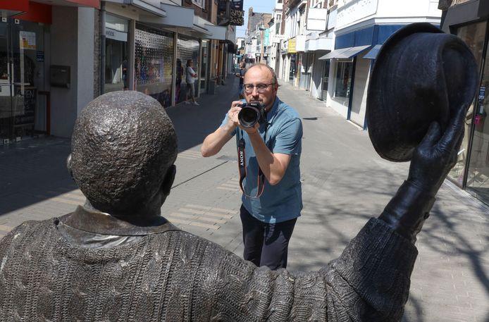 In het weekend is John Bosch fotograaf van allerlei evenementen. Hier in de Noordstraat bij het beeld van Frank Koulen, oprichter van jazzclub Porgy en Bess.
