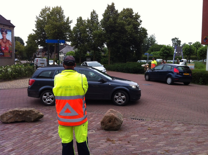 Op de T-splitsing Heuvelstraat-Laar in Nistelrode houden verkeersregelaars de vinger aan de pols.