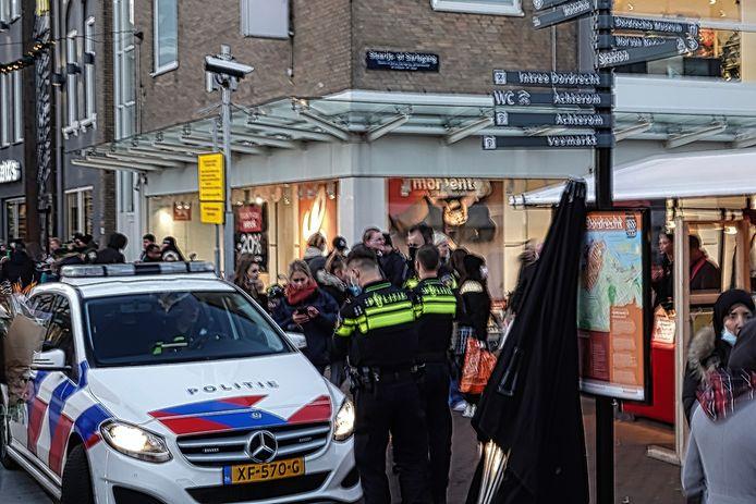 Agenten lieten toe dat winkels in de binnenstad van Dordrecht langer open bleven, ondanks het noodbevel van de burgemeester.
