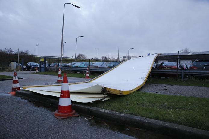 Een vrachtauto verloor het dak van zijn trailer op de A27 bij Raamsdonksveer.
