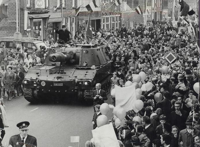 29 oktober 1969. Toegejuicht door een menigte Bredanaars, rijdt Generaal Maczek bij de viering van 25 Jaar bevrijding in een tank door zijn eigen Generaal Maczekstraat.