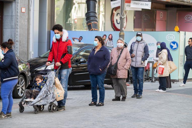 Mensen met mondmaskers op de Meir in Antwerpen.