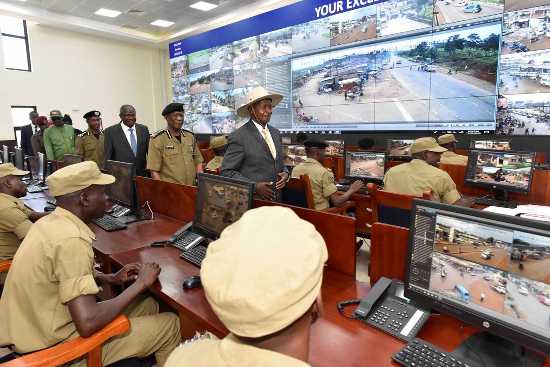 President Museveni inspecteert een cctv-project in het hoofdkwartier van politie in Kampala. Beeld