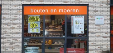 Inbrekers rammen met voertuig pui van groothandel in gereedschappen in Barneveld