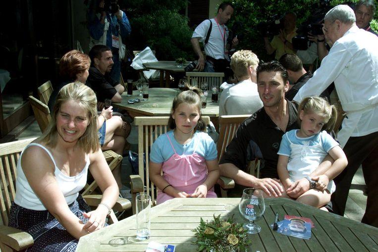 Rode Duivels en familie in 2000 in het hotel. Vooraan zit Luc Nilis met zijn gezin.