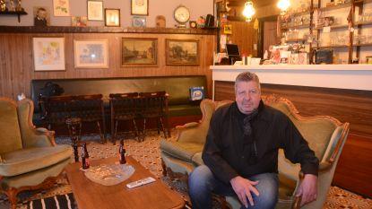"""'De Roos' sloot zijn zaak en woont nu in het café: """"Stamgasten komen nu in mijn living zitten"""""""