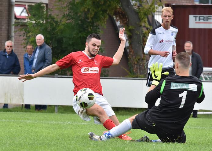 Wieldrecht won zaterdag het door DFC georganiseerde ABC-toernooi.  Op de foto: Ruben Dijkema stuit namens DFC op Wieldrecht-doelman Ruben van de Koppel. Ricky Nijhoff kijkt van afstand toe.