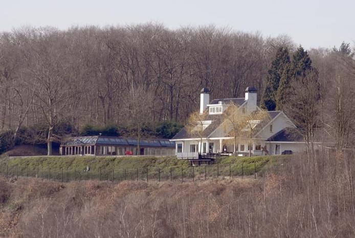 De enige woning met een waarde van meer dan een miljoen euro in Heveadorp is goed te zien vanuit de Betuwe. foto Jan Wamelink