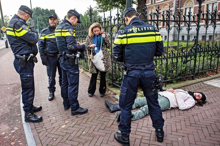 De actievoerders tonen zich niet geïntimideerd door de toegestroomde politie. Beeld Guus Dubbelman / de Volkskrant