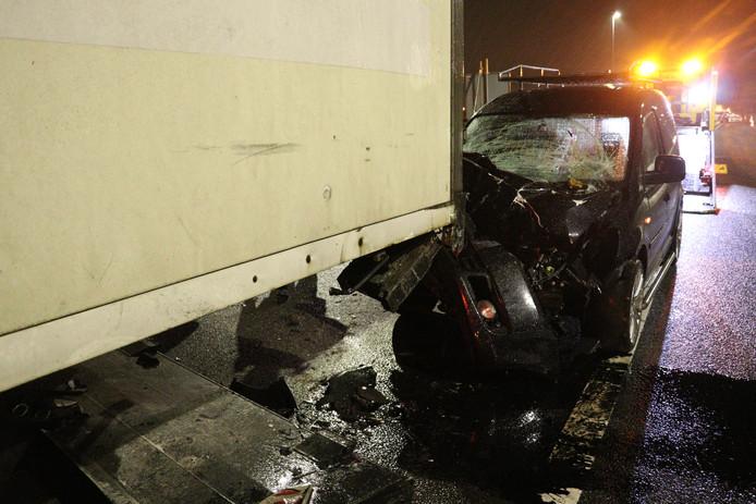 De auto raakte de achterkant van de vrachtwagen..