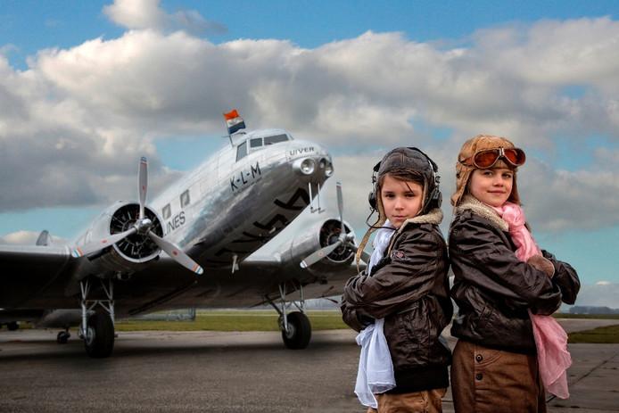 Enzo Arseni (links) en Madelief Broos spelen de hoofdrollen in een film over de Nederlandse luchtvaart.