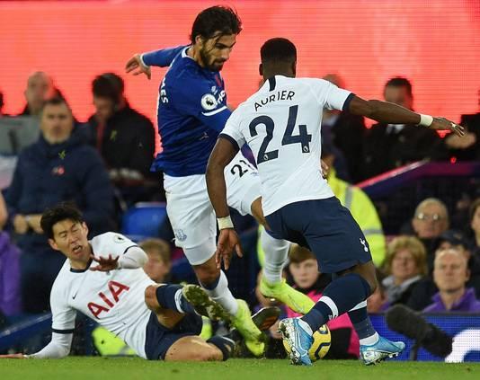 Son Heung-Min (l) tacklet Andre Gomes die vervolgens tegen Serge Aurier botst.