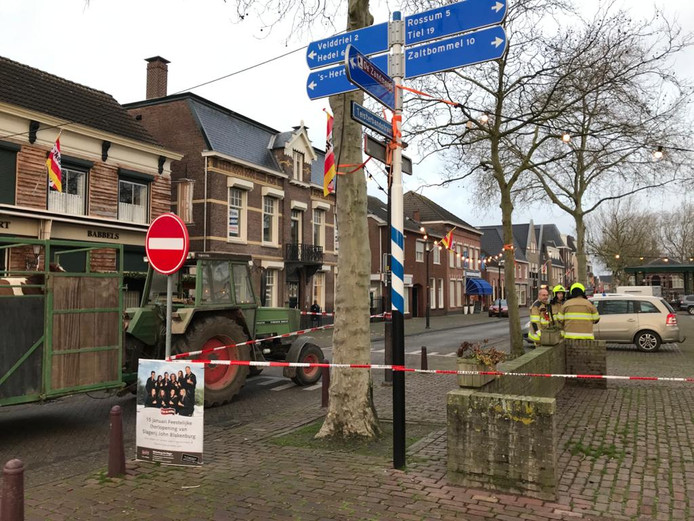 Het Monseigneur Zwijsenplein in Kerkdriel is afgezet. De winkels blijven gesloten.