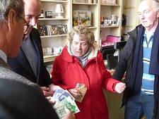 Eigenaresse geeft 'vergeten' 43 duizend gulden aan goed doel