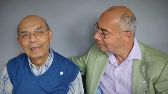 Maurits Baal (links) en zijn zoon Maurits Baal jr. Ze dragen beiden de Melati, de Indische jasmijn, die wordt gedragen als symbool van respect, betrokkenheid en medeleven.