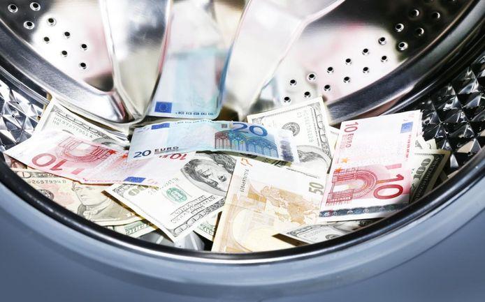 De verdachten zouden enkele miljoenen euro's aan contant geld hebben witgewassen voor hun klanten. De zaak is gelinkt aan het drugsmilieu.
