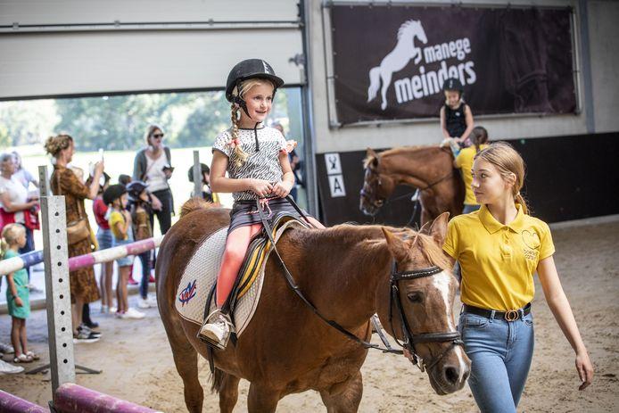 De jongste bezoekers van de open manegedagen in Manege Meinders konden gisteren onder beleiding een ritje maken op een pony.