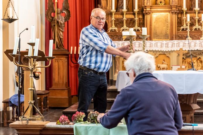De jubileumcommissie met onder anderen Johan van Rooij bereidt het jubileumfeest van de kerk in Haren voor.  De kerk bestaat 150 jaar.