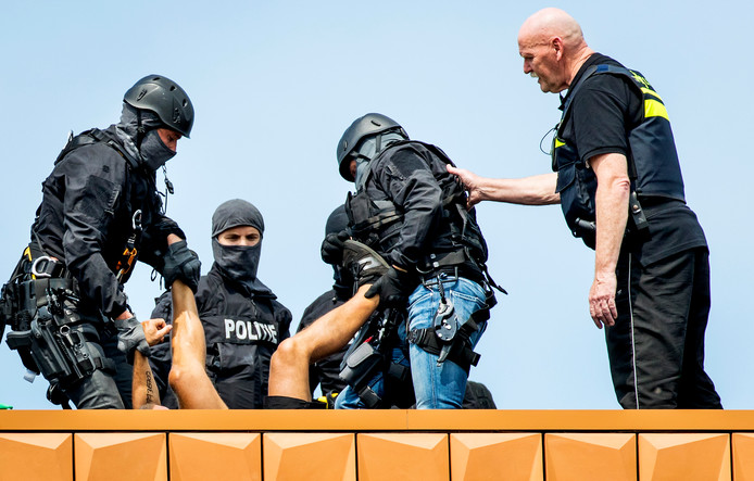 De actievoerders van No Border Camp worden verwijderd van het dak van de NAVO Communications and Information Agency. De actiegroep stelt dat NAVO en TNO betrokken zijn bij het militariseren van Europese grenzen.