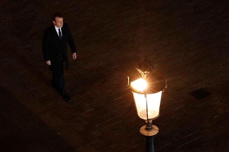 Emmanuel Macron op weg naar zijn overwinningsspeech bij het Louvre. Beeld EPA