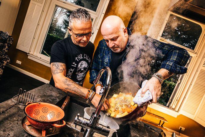 Edwin Vinke en Paskal Jakobsen in de keuken. De topkok en Bløf-zanger maakten samen een kookboek.