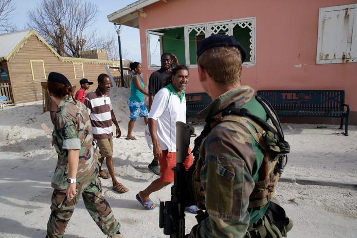 Nederlandse militairen patrouilleren op de straten van Sint-Maarten. Na de orkaan Irma proberen bewoners van het eiland de draad weer op te pakken.