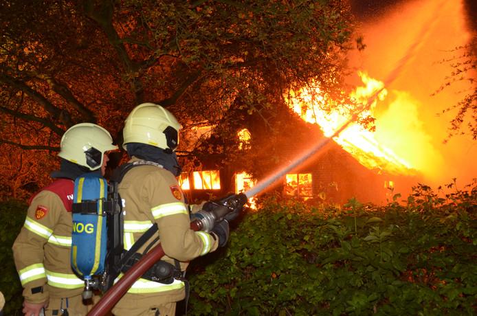 Een flinke brand woedde  vanochtend in een monumentale schuur bij een boerderij in Almen.