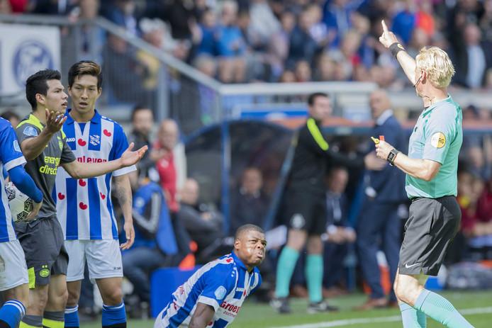 Scheidsrechter Kevin Blom stuurt PSV speler Hirving Lozano met een rode kaart het veld af.