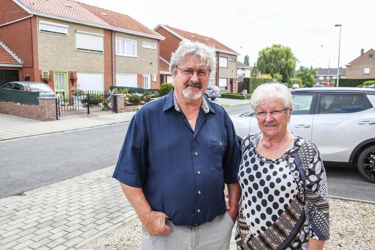 """""""Niemand weet nog waarom het ooit begonnen is of wat de precieze reden van hun gedrag is"""", zegt overbuur Johan Deseure, hier naast zijn echtgenote Anita."""